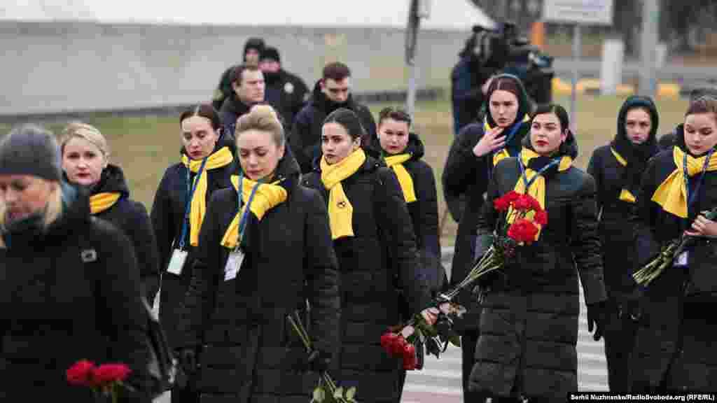 Коллеги погибших членов экипажа Международных авиалиний Украины.