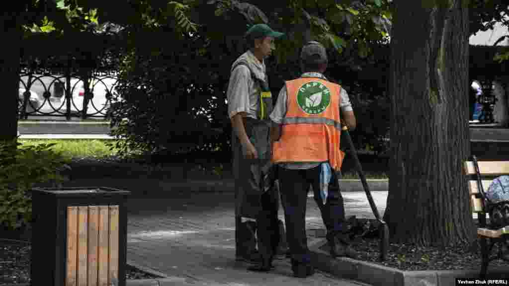 Співробітники підприємства «Парки та сквери» стежать за порядком на бульварі