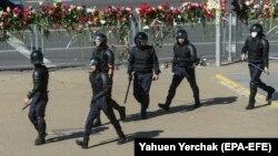У Мінську й інших містах Білорусі другий день тривають протести. Силовики жорстоко придушують акції і затримують демонстрантів
