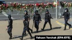Білоруська міліція готується до протистояння з демонстрантами в Мінську, 11 серпня 2020 року