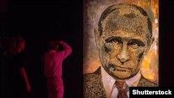 Portretul lui Putin, realizat din cartușe folosite în Donbas, operă a artistei ucrainene Daria Marcenko.