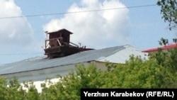 Будка часового времен Карлага на крыше учебного корпуса университета «Болашак». Караганда, 7 июня 2015 года.