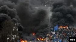 Дым от горящих покрышек на Майдане Незалежности. Киев, 20 февраля 2014 года.