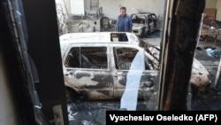 Житель села Булар-батыр рядом с сожженными автомобилями в его дворе. Жамбылская область, 8 февраля 2020 года.