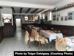 Өмір Өзкалптың дәмханасының ішкі көрінісі. Германия, Хатценпорт ауылы. Фото авторы - Талғар Дәлелғазы.