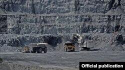 Месторождение Кумтор, где добывается почти весь объем золота в Кыргызстане. Золото обеспечивает половину экспорта страны.