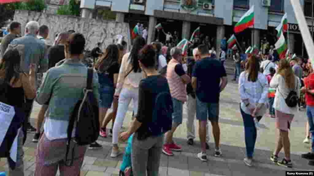"""Протестиращи пред сградата на областната администрация в Плевен на 14 юли. Сред лозунгите им са """"Мафията - вън"""" и """"Протестирам, за да не емигрирам""""."""