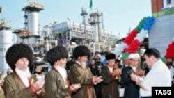 По мнению экспертов, контролирующая газовый экспорт Туркмении Россия обладает значительными рычагами воздействия на ситуацию в этой стране. Ниязов и старейшины на открытии новой газокомпрессорной станции