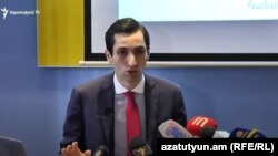 Руководитель фракции «Луйс» Совета старейшин Еревана Давид Хажакян на пресс-конференции, 31 августа 2020 г.