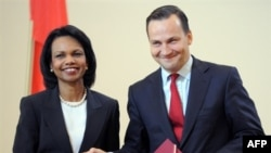 Rice and Polish Foreign Minister Sikorski after signing the deal