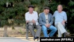 Aşgabat, dynç alýan pensionerler. 2017 ý.