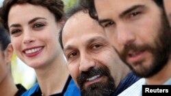 اصغر فرهادی به همراه طاهر رحیم (راست) و برنیس بژو٬ بازیگران فیلم «گذشته»