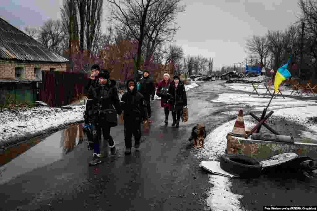 A family from the village of Chernukhino walked five kilometers to reach Debaltseve and catch a bus out of the area.