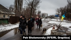 Семьи эвакуируются из Чернухино, февраль 2015 г
