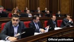 Армен Рустанян (слева) во время заседания парламента (архив)