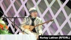 Павлодарлық жас ақын Аспанбек Шұғаттаев. «Ретро айтыс», Алматы, 2 маусым 2012 жыл.