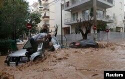 Përmbytjet në Athinë, pas reshjeve të dendura të shiut...