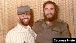 ابراهیم یزدی، وزیر خارجه دولت موقت بازرگان پس از انقلاب در کنار فیدل کاسترو