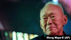 Ли Куан Ю.