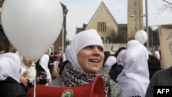 Pamje e femrave myslimane me shami në kokë
