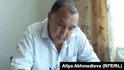 Жанкельды Барсаев пишет очередную жалобу. Алматинская область, Есик, 12 июля 2011 года.