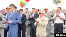 Бергей Рысқалиев (сол жақ шеттегі көк киімді адам) Атырау облысы әкімі кезінде жаңа көпірдің ашылун салтанатында тұр. Атырау, 22 шілде 2009 жыл.