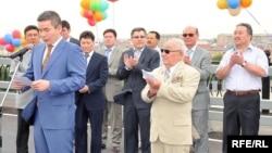 Атырау қаласының әкімі Бергей Рысқалиев (сол жақта) Жайық өзені көпірінің ашылуында сөйлеп түр. Атырау, 22 шілде 2009 жыл.