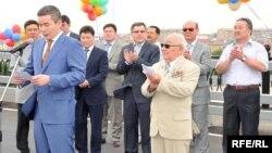 Бергей Рыскалиев (у микрофона) в бытность акимом Атырауской области принимает участие в открытии моста через реку Урал. Атырау, 22 июля 2009 года.