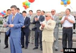 Аким Атырауской области Бергей Рыскалиев на торжественном открытии моста через реку Урал. Атырау, 22 июля 2009 года.