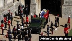 Ковчегът с тялото на принц Филип беше пренесен с джип, боядисан във военен зелен цвят.