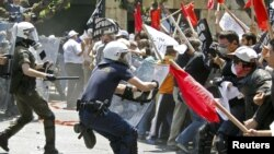 Участники массовых демонстраций в Афинах сегодня вступили в столкновения с греческой полицией