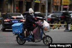 Pekingi ételfutár munka közben, 2021. január 14-én.