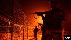 Hindistanyň howpsuzlyk güýçleri Pakistan bilen serhede gözegçilik edýärler.