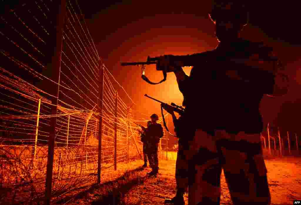 У Пакистана также существует стена на границе с Индией.Демаркационная линиямежду странами проведена по территории бывшего княжества Джамма и Кашмир. Граница не признана юридически, но де-факто она существует