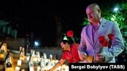 На лестницах, ведущих к зданию парламента, были расставлены фотографии погибших в августовской войне вместе с зажженными в память о них свечами