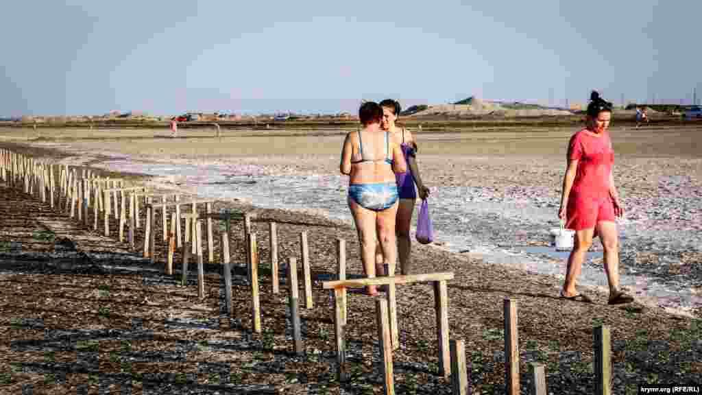 До озера приїжджають із відрами й пакетами, щоб зібрати кілограми солі