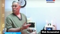 Врач УЗИ Ленинской центральной районной больницы Еврейской автономной области Александр Яровой показывает устаревшую аппаратуру
