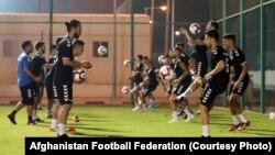 تیم ملی فوتبال افغانستان در هنگام تمرین برای بازی با تیم ملی فوتبال قطر در دوحه.