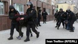 Полиция наразылық шеруіне қатысушыларды ұстап әкеле жатыр. Мәскеу, 26 наурыз 2017 жыл.