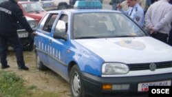 Macedonia - OSCE and police patrols enter the village of Tearce, Tearce, 22Oct2001