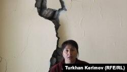 Жительница Загатала у треснувшей от землетрясения стены своего дома, 10 мая 2012