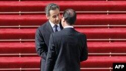 Елисей саройига етиб келган янги президент Франсуа Олландни ваколатлари тугаётган президент Николя Саркози кутиб олди.