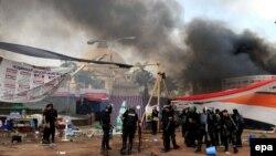 «پاکسازی» اردوگاه معترضان در نزدیکی دانشگاه قاهره، توسط نیروهای دولتی مصر.