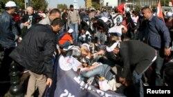 Толпа людей, окружившая тела погибших и раненых в результате взрыва в Анкаре. 10 октября 2015 года.
