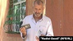 Исломиддин Зайниддинов, бобои Ҳамза (Иброҳим) Тиллозода шиносномаҳои духтар ва набераашро намоиш медиҳад