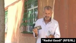 Исломиддин Зайниддинов, показывает паспорта своей дочери и внука