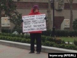 Ольга Сивкова с плакатом «Меняйло – позор России и Севастополя», 18 марта 2016 года