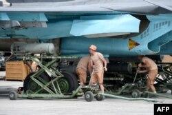 Самолет Су-34 снаряжают боеприпасами на базе в Сирии