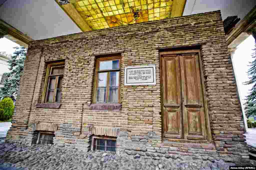 J. Stalin uşaqlığının dörd ilini (1879-1883) bu evdə keçirib.