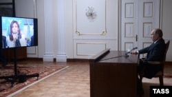 Presidenti rus, Vladimir Putin e shikon në transmetim të drejtpërdrejtë ish presidenten argjentinase, Kristina Kirshner - 10 tetor 2014